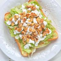 簡単&ヘルシー朝食〜レタスとクルミとカッテージチーズのサラダトースト。