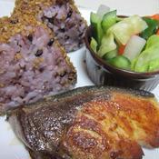 燻製風味の焼き魚と塩もみ野菜