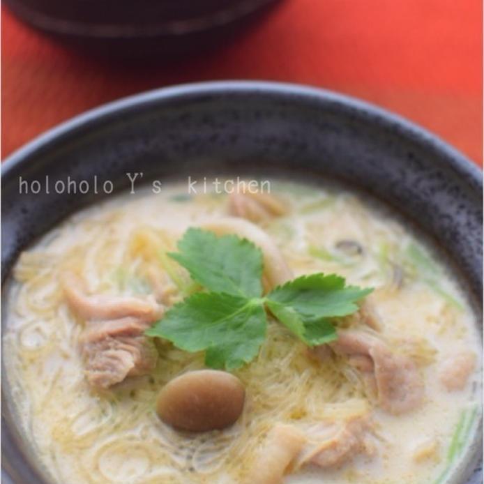黒いスープボウルにつがれたココナッツミルク風味の春雨スープ