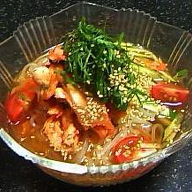 蒸し鶏のキムチ和えと青シソの冷麺