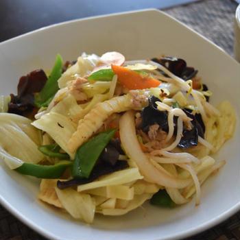 鮭のしょっつるで肉野菜炒め。味付けひとつ、簡単でうまみたっぷりおかず。