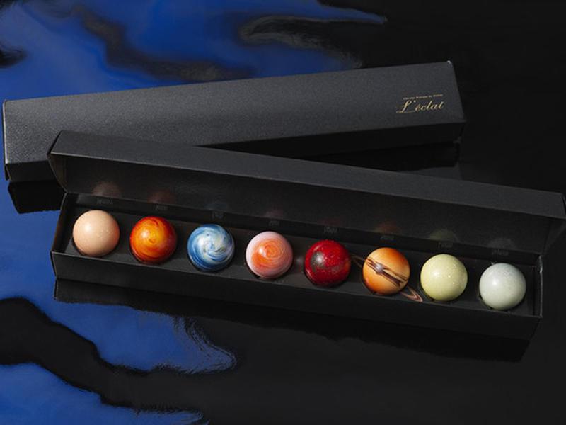 宇宙をイメージしたシックな箱の中には、惑星をモチーフにしたショコラがきれいに並んでいます。カカオの本...