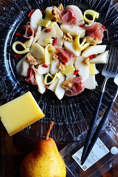 チーズと梨とナッツと生ハムのバル風サラダ