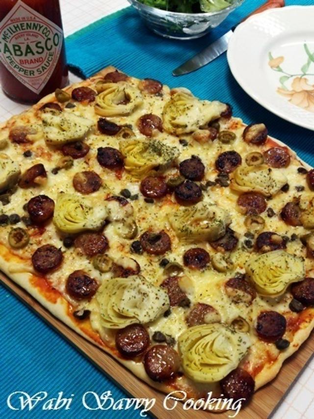 アーティチョークとオリーブを敷き詰めてチーズとともに焼き上げたピザ