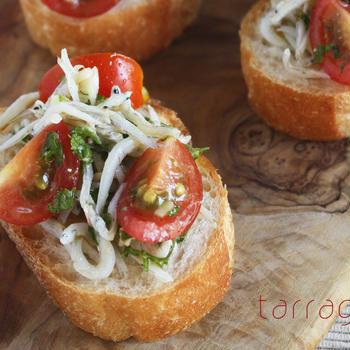 ホムパにも。さっと和えてのせるだけ、5分で簡単・トマトとしらすのブルスケッタ♪そして骨董蝸牛〜!