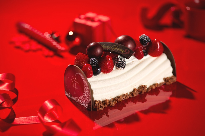 光輝くチョコレートや、色鮮やかなベリーをあしらったロマンチックなブッシュ・ド・ノエル。<br>真っ白...