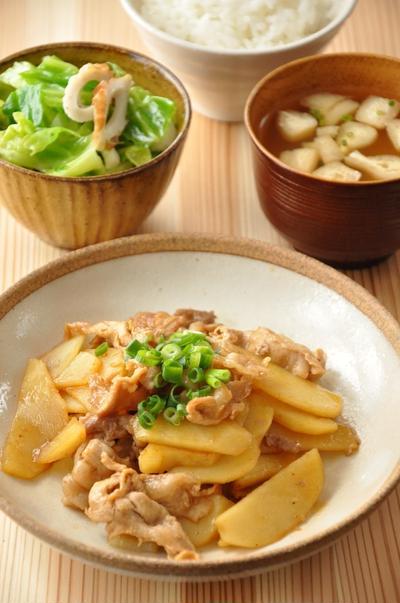 """節約食材で作る""""鶏肉とジャガイモのピリ辛炒め""""がメインの15分129円節約献立"""
