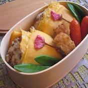 桜のそぼろおむすび卵包み弁当