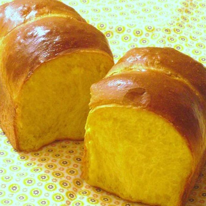 花柄のシートにのったかぼちゃパン