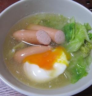 ウインナーとレタスと落とし卵のスープ