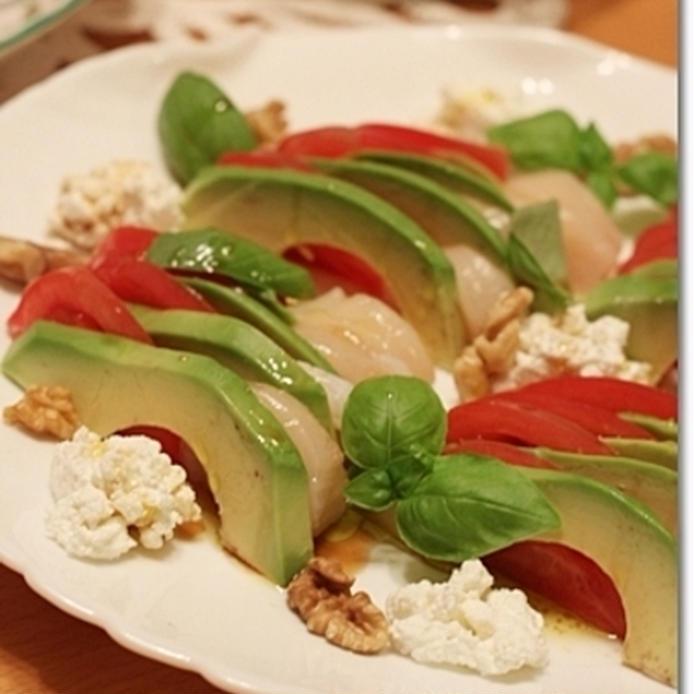 白い皿に盛られた、アボカドとほたて、トマトの三食サラダ