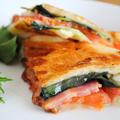フライパンで簡単&おいしい♪食パンdeトマトとバジル、モッツァレラ、ベーコンのパニーニ