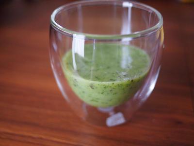 小松菜とバナナとキウイのグリーンジュース