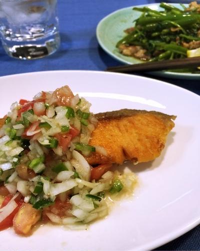 2人の夕飯〜サーモンムニエルサルサソース、塩豚と空芯菜の炒め物〜