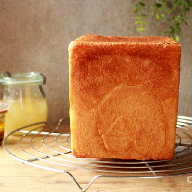 ホシノ丹沢天然酵母で角食パン。
