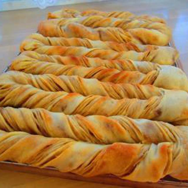 カフェオレの折り込みパン♪シナモンレーズンのお花編みパン♪