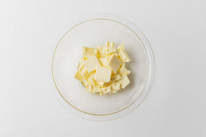 作り方<br><br>1、耐熱ボウルにチョコレートを割り入れ、バターを加える。