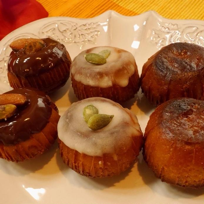白い皿に盛り付けた、チョコレートでアイシングされた丸型カヌレ