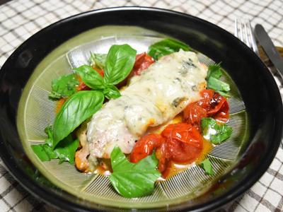 豚薄切り肉とトマトのチーズ焼き。フライパンひとつ、蒸し焼きで簡単おつまみ。