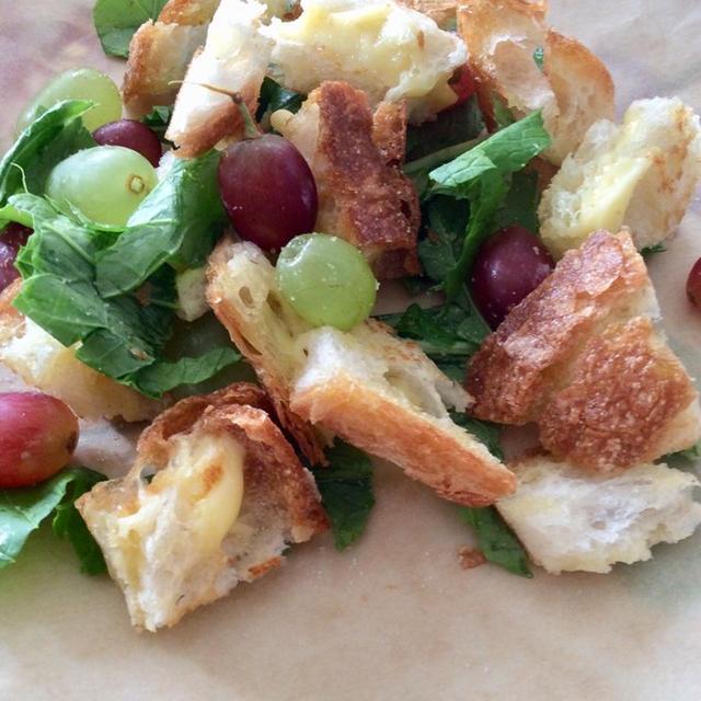 カブの葉とグリルドチーズサンドのサラダ
