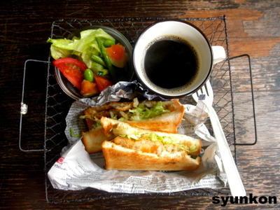 【簡単!!カフェごはん】コロッケサンドと夏野菜サラダセット