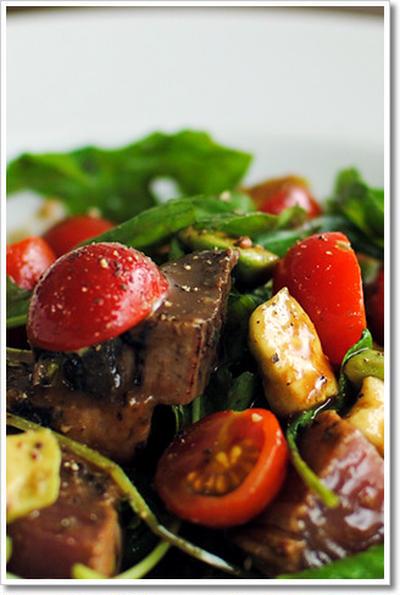 鰹のたたきとアボカドのサラダ仕立ての前菜