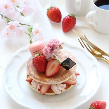 春の桜とイチゴのパンケーキ