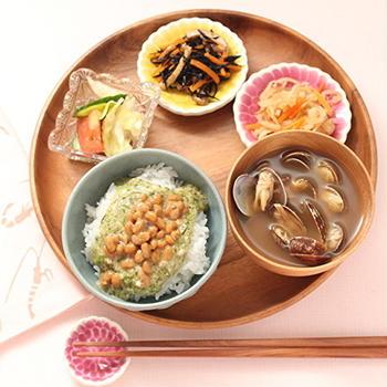 ねばねば丼と副菜で朝ごはん