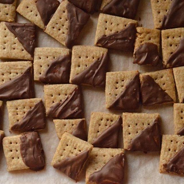【手作りおやつ】 お家で「アルフォート」風の全粒粉クッキー(チョコがけ)作り。