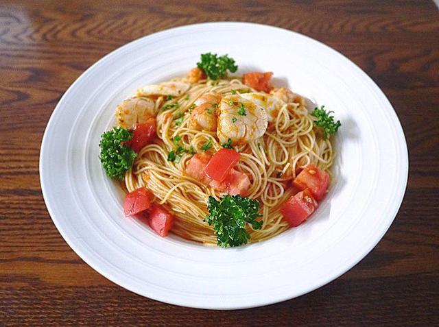 白いお皿に盛られた海の幸の冷製カッペリーニ