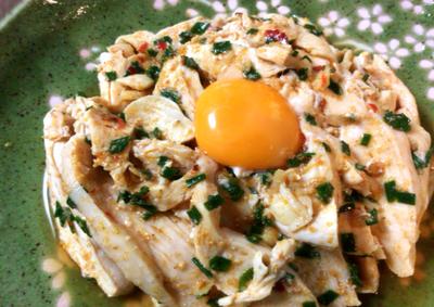 胡麻と小葱を大量に。柔らかさを満喫するしっとり鶏肉大蒜ユッケ(糖質5.3g)