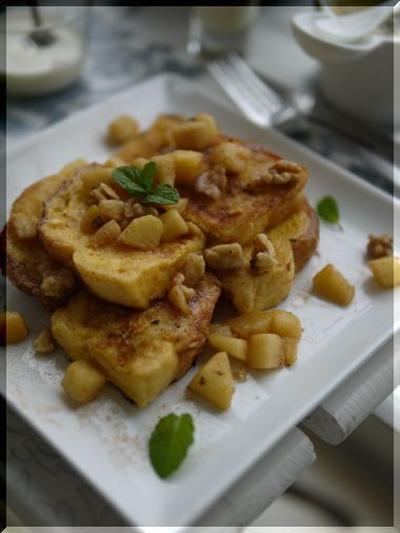 シナモンシュガーフレンチトースト りんごと胡桃のキャラメル乗せ