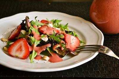 アマニ油で作る【新鮮いちごの甘酸っぱいドレッシング】&いちごのサラダ