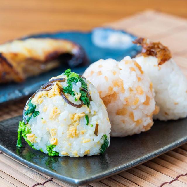 """""""お弁当に、ピクニックに""""3種の春色おむすびのレシピ・作り方"""