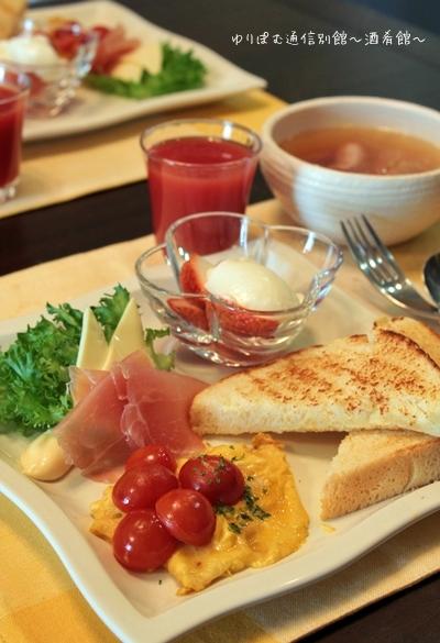 コーングリッツ&もちきび入りの食パンで休日の朝食。