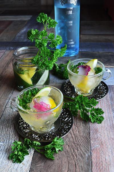 肝臓労わるパセリとシトラスのラム酒漬けをジンジャエール割りで。 球体氷にお花とミントを閉じ込めおめかし