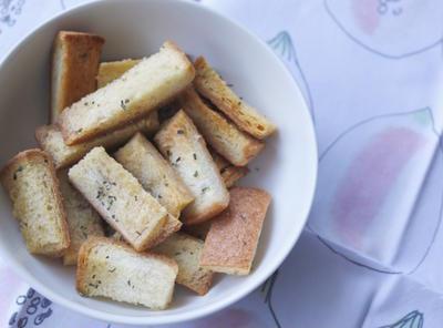 【節約】パンの耳で「甘くない」バジル塩のラスク。おつまみにも!