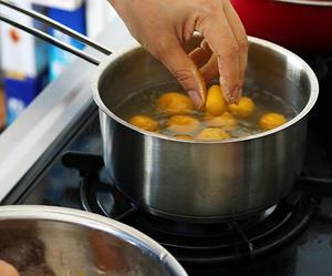 【4】<br>鍋に湯を沸かし、小さめに丸めた白玉を湯がいていきます。白玉は小さめの方が可愛く仕上がり...
