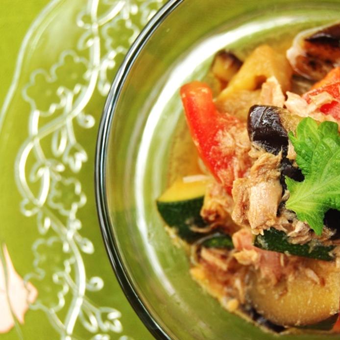 ガラスの大皿に盛られたなすとズッキーニとトマトの和風ツナマリネ