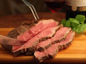 大きな塊でのお届けなので、お好みの厚さにカットできます。まずはそのままでお肉本来の味を楽しみ、ちょっ...