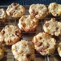 キャドバリーデイリーミルクフルーツ&ナッツとグラノーラと水に大豆のクッキー