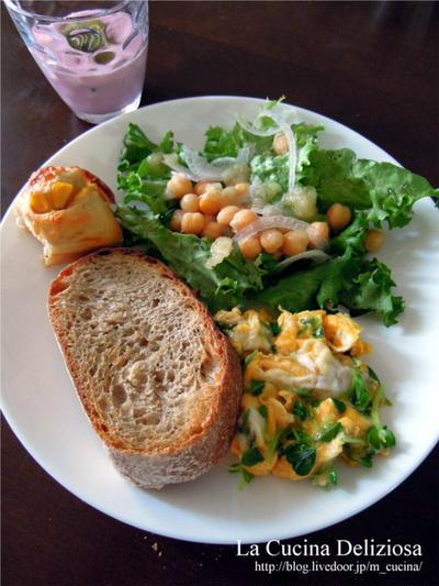 酵母パンいろいろ、牛筋カレー、塩麹漬け鶏むね肉と青梅の蒸し煮