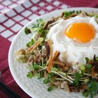 ふわふわ巣ごもり卵と揚げゴボウの肉みそ混ぜ麺