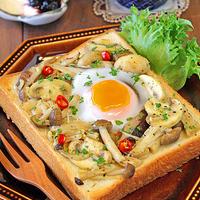 卵がとろ~りきのこのマリネトースト☆