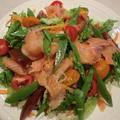 スモークサーモンで海鮮サラダ
