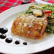「カリカリチキンステーキ! チーズとりんごのサラダ添え」 チーズでクッキング連載!