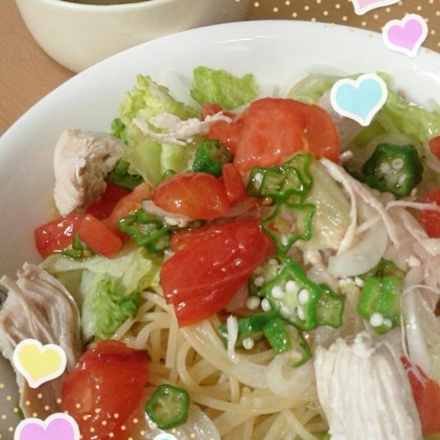 茹で鶏とトマト、オクラのサラダパスタのれしぴ