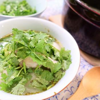 パクチー好きはたまらない!鶏肉と芋のスープ「サンコーチョ」