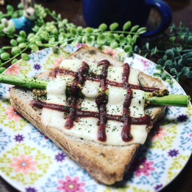 朝食に☆アスパラガスのせハニーマスタード♪チーズトースト