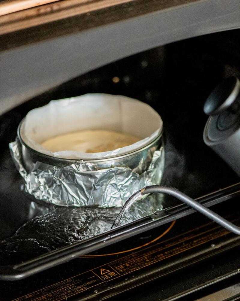 5、180℃のオーブンで35~40分湯煎焼きにする。粗熱が取れたら、冷蔵庫で型ごと冷やす。完全に冷め...